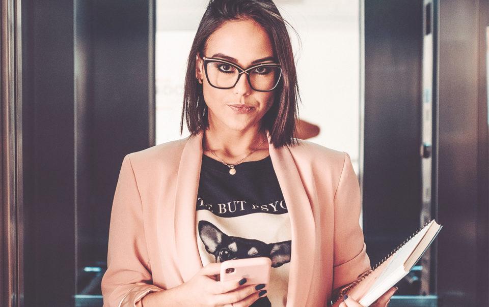 Mulher pronta para agir para encontrar emprego. Procura soluções eficazes, procura ajuda para ser mais realizada profissionalmente.