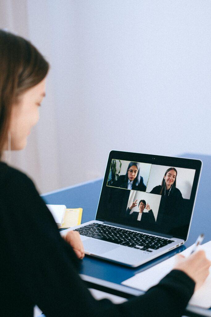 Mulher com elevada autoestima em entrevista de emprego online.