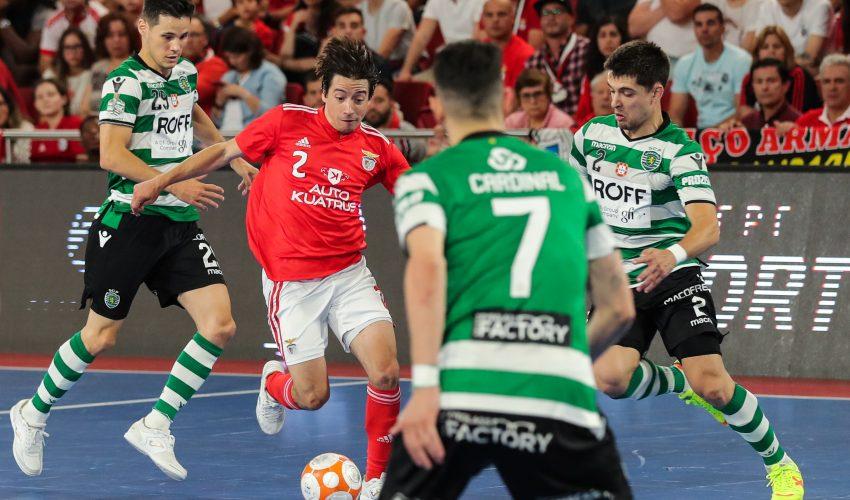 Chaguinha (2E) do Benfica disputa da bola com Cardinal (2D) Merlin (E) e Leo (D) do Sporting no quinto jogo da final de futsal disputado esta tarde no Pavilhão da Luz em Lisboa, em Lisboa, 16 de junho de 2019. MIGUEL A. LOPES/LUSA