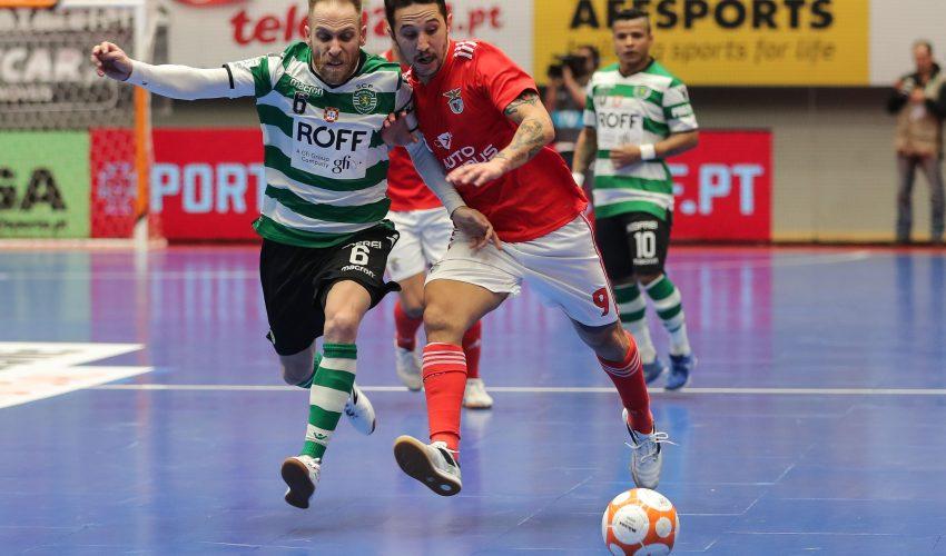 Pedro Cary (E) do Sporting disputa a bola com Miguel Ângelo do Benfica durante o jogo da Primeira Liga de Futsal disputado no Pavilhão João Rocha, Lisboa, 16 de fevereiro de 2019.   MIGUEL A. LOPES/LUSA